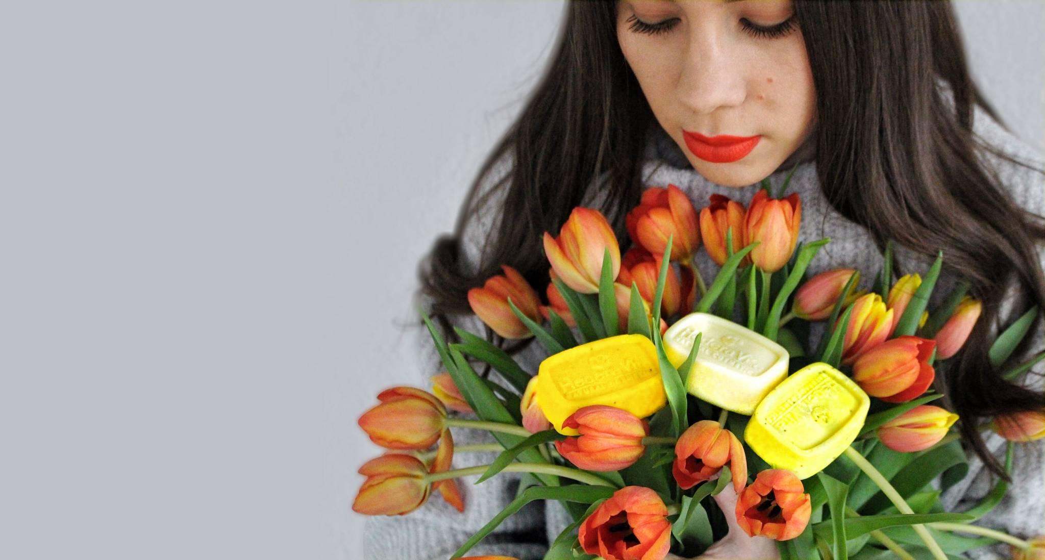 frisch in den Frühling - Spring Time. Frau mit Tulpenstrauss und Seifen