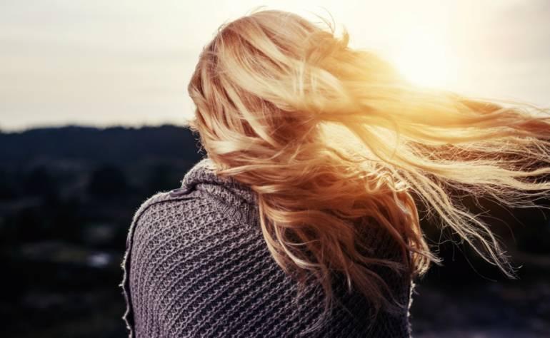 Pflege deine Haare mit natürlichen Produkten und verhindere Haarausfall