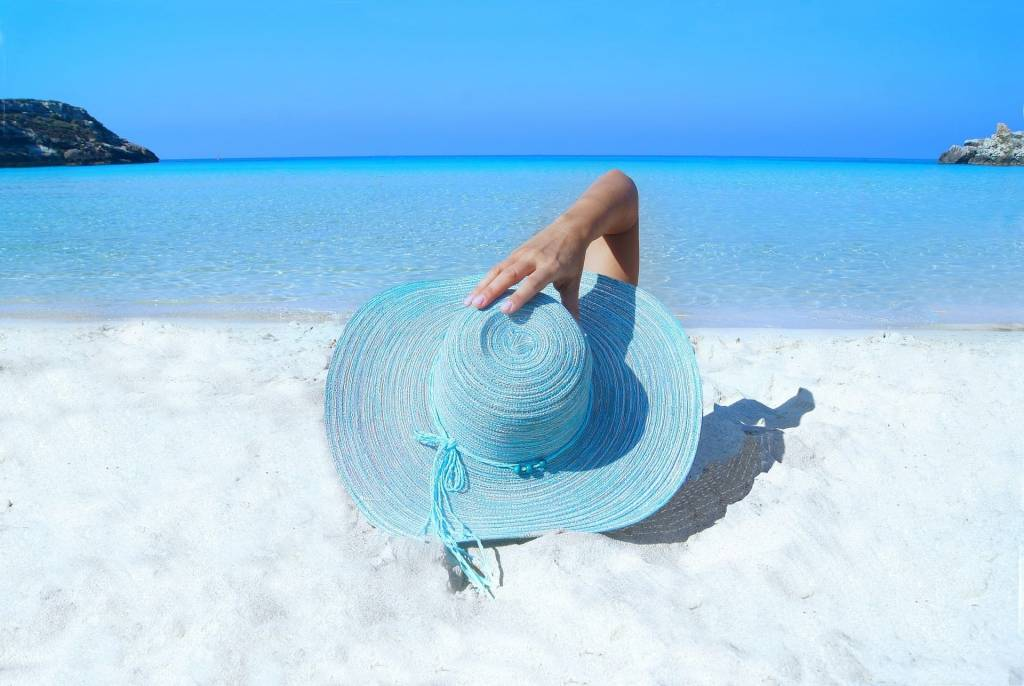 Hautpflege im Sommer mit Hut